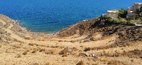 Zwischen den Ferienhäusern führt ein Weg zu einer kleinen Bucht (2)