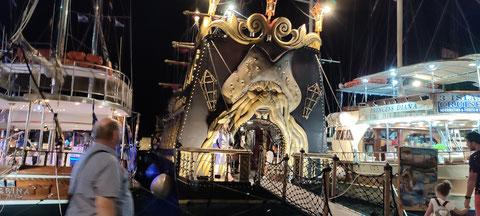 Wilde Piraten ankern in Kos, um Touris zu verschlingen