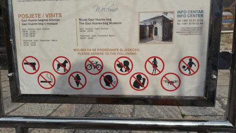 Gilt für den Besuch dieser Moschee. Nicht Fahrradfahren, keine Drohnen (!), aber auch nicht kurzberockt die Hüften schwingen...