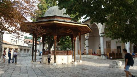 Brunnen vor der Moschee