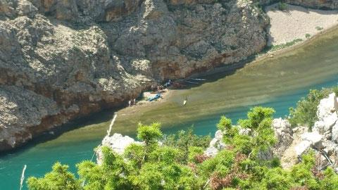 Unten am Fluss bereiten sich die Apachen mit ihren Rafting-Kanus, auf die Verfolgung Old Shatterhands vor.