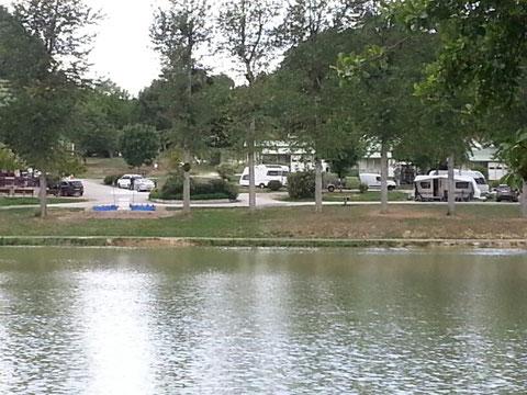 Blick auf unseren Wohnwagen am Teich