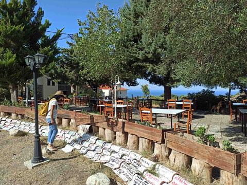 An einer Taverne in Parthenonas