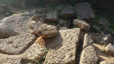 Mindestens, wenn nicht noch ältere Betonplatten von der Nordwand der Pyramide