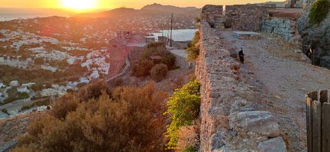 Blick von der Burg Kastro Panteliou auf Krithoni mit unserem Hotel