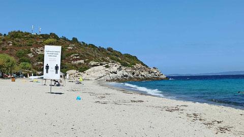 Am Strand (3) - riesige Warnplakate zum Abstand halten