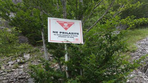 Noch immer warnen Schilder vor Minen