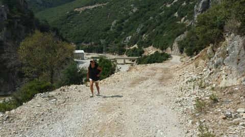 No way für unseren Sporti. Die Straße geht noch 83km bis Vlorë durch die Berge