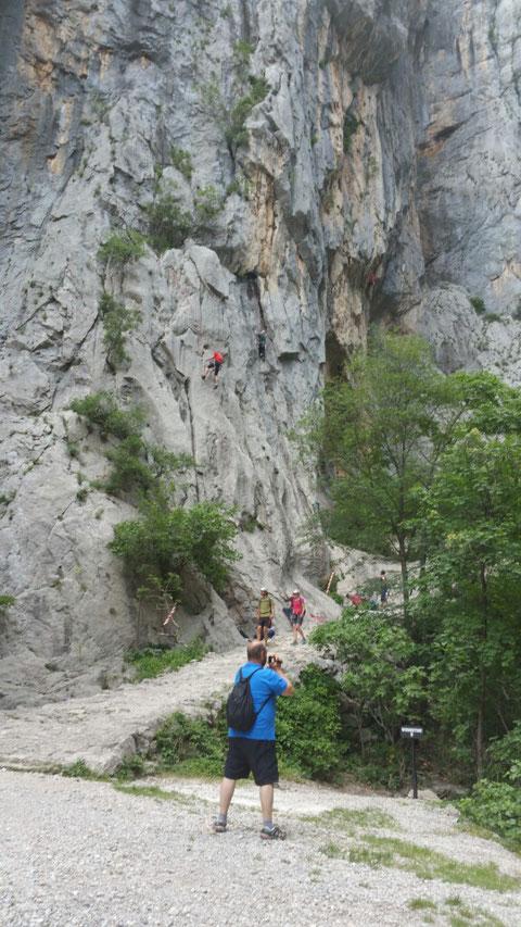 Massig viele Indianer erklimmen die Felsen oder so... TdT - hinten in der Felsspalte, Schlussszene mit Erdgasexplosion, OS I - in der Kluft war die Höhle von Old Wabble