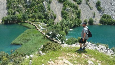 """Die Fußgängerbrücke """"Kudin Most"""" aus dem 18. Jahrhundert direkt über den Wasserfällen"""