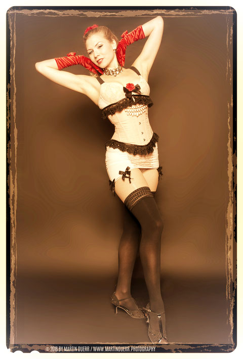Dozentin Lilly Libelle bei einer Burlesque-Performance der Munich School Of Burlesque