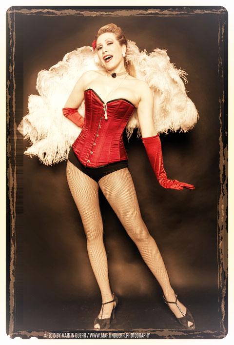 Dixie Dynamite, die Leiterin der Burlesqueschule, unterrichtet viele JGA-Workshops selbst. Auch Fächertanz und Burlesque-Striptease