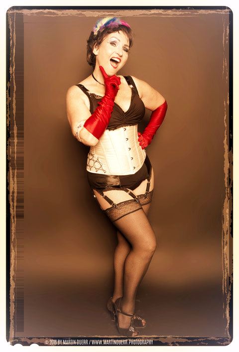 Topsy Curvy, beliebte JGA-Lehrerin und unsere Kursleiterin für den Burlesque Pinup Dancing Anfängerkurs Donnerstags um 18:30 Uhr.