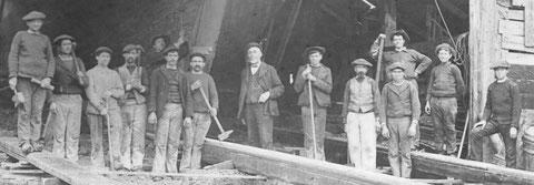 Les charpentiers du chantier autour d'Anselme Kerenfors vers 1906