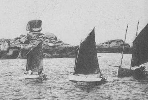 Canots à misaine, un ou deux hommes à bord, les bateaux un peut plus grand sont gréés en flambart comme celui de droite