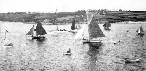 Régates de Carantec au Kelenn, cette photo vers 1920 de cotre de pêche en régate  est postérieure à l'article , les régates de Carantec ne semble pas très antérieures à 1903