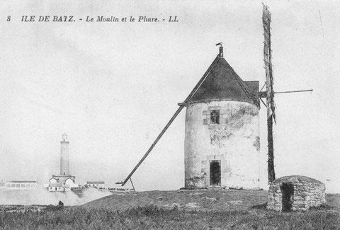 Le moulin neuf  en activité après 1905, par vent d'est, on voit bien la queue permettant de faire tourner l'ensemble de la partie supérieure et les ailles, j'ignore la fonction du petit abri au premier plan