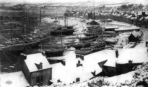 Cancale, le port la houle sous la neige avant 1910, les terre-neuviers cancalais sont désarmés en haut de la grève, quelques  bisquines également