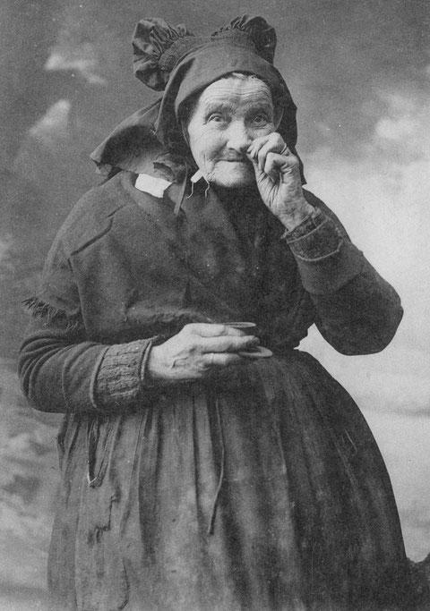 Carte postale ancienne, vieille femme de l'île de Batz non identifiée, comme toutes les veuves elle porte la coiffe noire