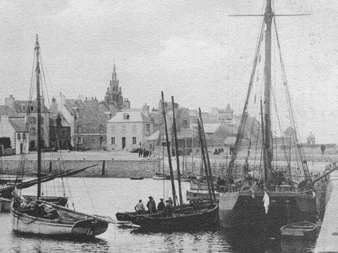 Au centre de la photo, deux canots sardiniers de l'ouest du Finistère sont en escale au port de Roscoff.