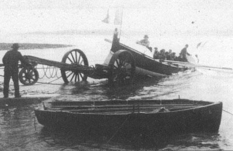"""Première mise à l'eau lors du baptême du canot """"Amiral Mallet (Athanase) en 1904"""
