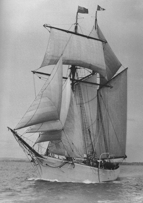 La Korrigane sous voiles, son gréement est celui des goélette islandaise de Paimpol, des bossoirs d'embarcation ont été ajoutés