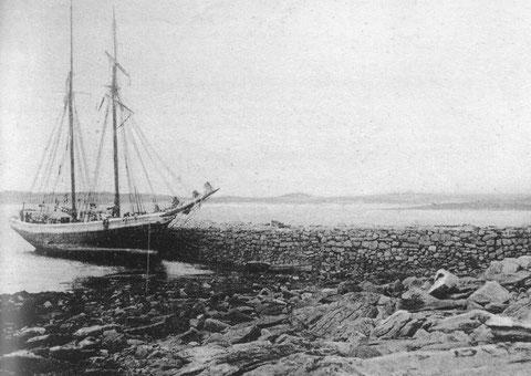 La Goélette à hunier Alcide du capitaine Cozic armé au cabotage  en chargement de pierres de taille à la cale du port Saint Sauveur à l'île Grande