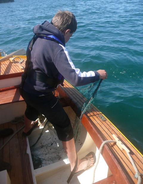 Thomas mouille le trémail directement depuis son rangement sous les planchers, je positionne le canot à la godille