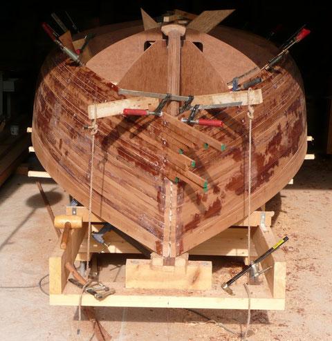 Vue de l'avant, une latte tribord est posée en premier suivie de sa symétrique à bâbord, la bâbord sera coupée en longueur plus tard.