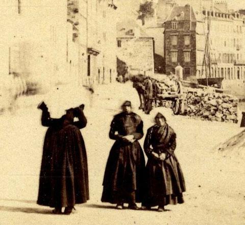 Trois iliennes de Batz en costume traditionnel, grande robe noire  et large coiffe blanche