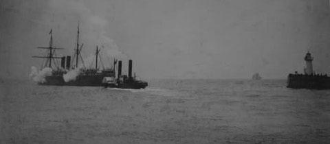 Le steamer « Le Labrador », 120m construit en 1875,  quittant le Havre en compagnie d'un remorqueur à roues à aube