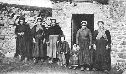 Cette photo vers 1900, fait penser à l'île du XIXème siècle pas d'homme, ils sont en mer, les femmes npmbreuses sont en costume de travail, le jeune garçon porte le kalaboussen sur la tête, une jeune veuve à gauche porte la coiffe noire