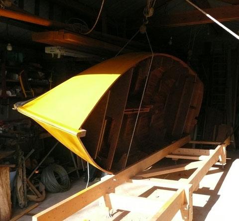 Ça a tourné un peut trop vite, voila la coque, avec deux éraflures, coincée entre la charpente du grenier à bois et le bâtit
