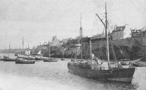 La Louise dans le port du Conquet, ce petit vapeur a une voilure annexe parée à être envoyée rapidement : une trinquette , une grand voile à corne carguée en girafe et un tapecul pointu , deux ancres à jas sont également parées à mouiller en cas de problè