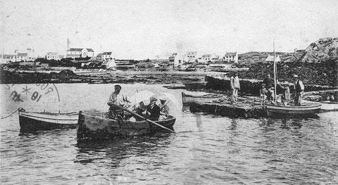 Embarquement pour rejoindre le sloup, dans le canot à la petite cale de l'ile au moutons qui déborde vers l'ouest et qui n'existe plus