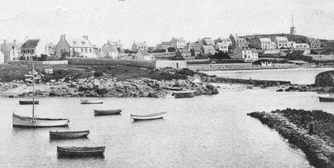 Vue de pors an eoc entre 1905 et 1910, au premier plan le Vil avec ses deux cales et des tas de goémons sec, à droite l'ilot du Vil Vihan, les bâtiments de l'école publique actuelle ne seront construits qu'en 1912