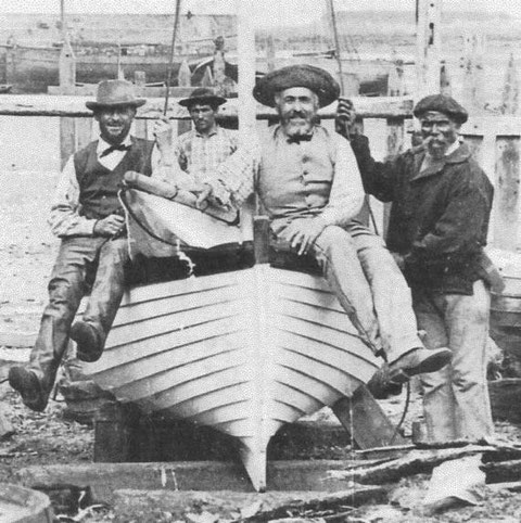 Magnifique photo du chantier Kerenfors à Roscoff, ce très beau canot à clins est certainement  la Concorde construite en 1876 (photo Roscoff quotidien)