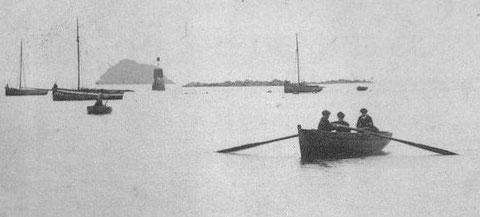 Baie de Lampaul au début du XXème, le cotre, il semble avoir un mât de flèche, avec sa préceinte peinte en blanc est un pilote  d'Ouessant : l'Anne-Marie, la Marie et Louise , le Notre Dame de Trézien ou bien l'Hirondelle