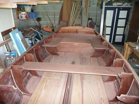 L'intérieur avance, la coque est poncée, les joints congés coque membrures sont fait, les planchers latéraux, les planchers du sont en pin, les bancs sont fait