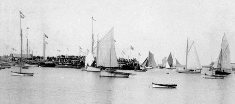 Magnifique photo des régates de Roscoff vers 1900, la foule est nombreuse sur le vieux quai à gauche deux yachts très différents le noir est classique d'un type ancien  avec une étrave  verticale, le blanc a de beaux élancements