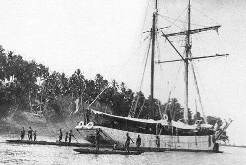 La Korrigane en Nouvelle Guinée au mouillage dans le fleuve Sépik
