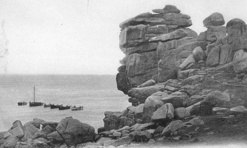 Cinq flambarts, mats affalés, et un cotre, en pêche aux maquereaux au mouillage sous le rocher du diable à Ploumanac'h