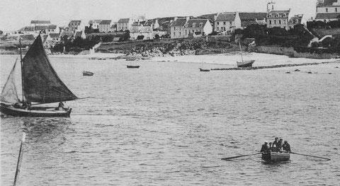 Vers 1913, un sloup de passage vient de débarquer ses cinq passagers dans le canot et repart directement, le matelot debout dans le milieu du canot pousse sur les avirons pour rejoindre la cale