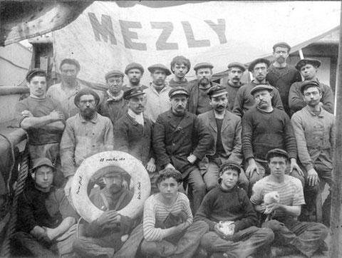 L'équipage du Mezly le 29 octobre 1911 au centre le capitaine au long-cours Droguet entouré du second et du lieutenant , l'équipage est de 22 hommes, on imagine la difficulté de mener le navire sans les 9 matelots malades et 3 hommes décédés