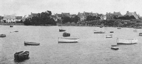 Pors an eog, les canots au mouillage, la maison sur la gauche le « petit bazar » de Manaïck et sa fille Antoinette au centre sur la droite l'hôtel Robinson accueille les touristes dans les années 20
