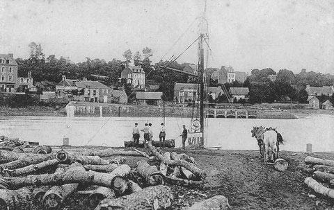 Chargement de bois à bord d'une gabare à la cale du Guildo, ce bois tord est peut être destiné à la construction navale