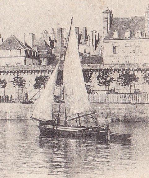 Bocq en charge sous voiles , l'équipage est de deux hommes , ce bocq semble avoir de longue planches sur le pont