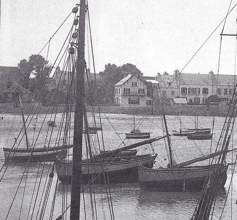 A droite, le sloup « hirondelle » M731 à Cocaign construite à Roscoff en 1900 chez Kerenfors, celui au centre est plus récent, le brion est plus rond le tableau plus incliné à gauche un petit yacht à voute typique de Kérenfors