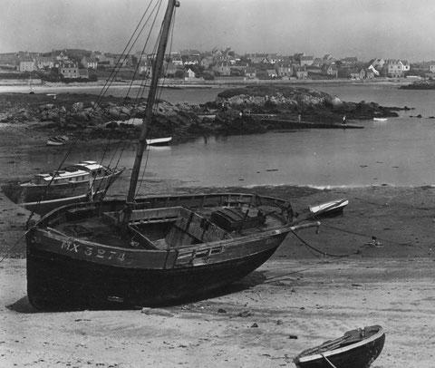 Petit sablier de l'île de Batz , la gabare pontée Deux Jeanne Mx 3274, une ancienne chaloupe sardinière qui a été pontée par la suite  désarmée à porz an eog