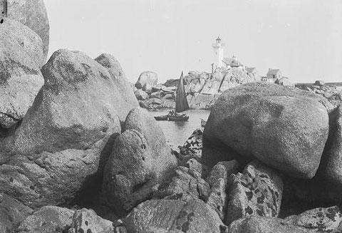Goémonier au mouillage au pied du phare de Pontusval, construit en 1867. Les bateaux se cachent dans les rochers ( photo Noel le Boyer vers 1930)